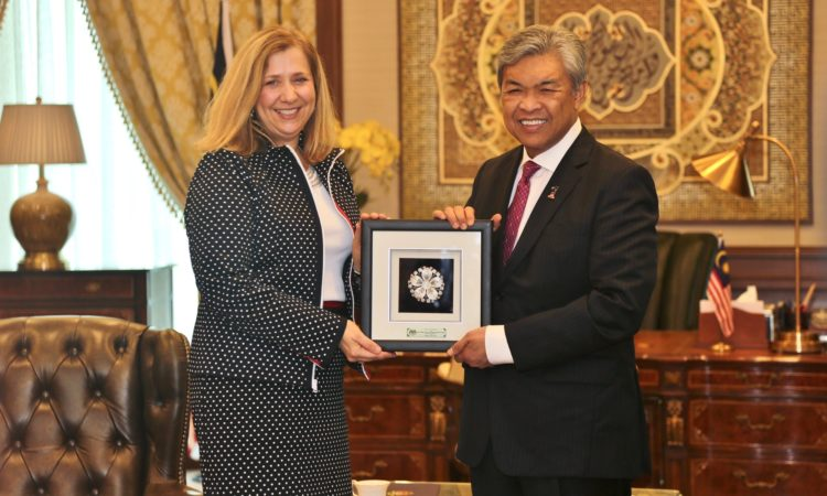 Ambassador-at-Large to Monitor and Combat Trafficking in Persons Susan Coppedge with Deputy Prime Minister Datuk Seri Dr Ahmad Zahid Hamidi in Putrajaya, July 26, 2016. (U.S. Embassy photo)