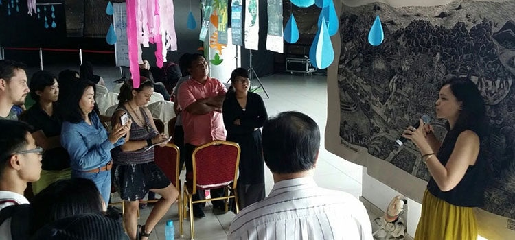 A brief talk on conserving biodiversity. (U.S. Embassy photo)