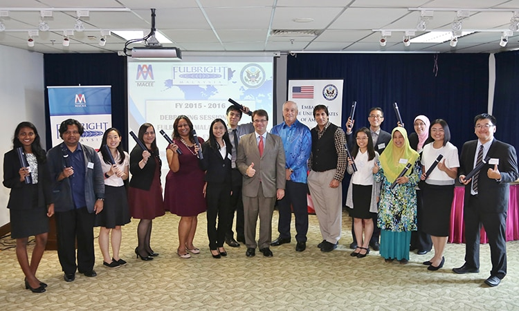 Chargé d'Affaires Kagan and the Executive Director of MACEE, Dr. James Coffman, celebrate the achievements of Malaysia's Fulbright scholars. (U.S. Embassy photo)
