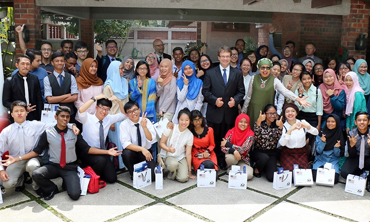 YES Exchange participants, with U.S. Embassy and AFS Antarabudaya Malaysia staff, pose for a group photo. (U.S. Embassy photo)